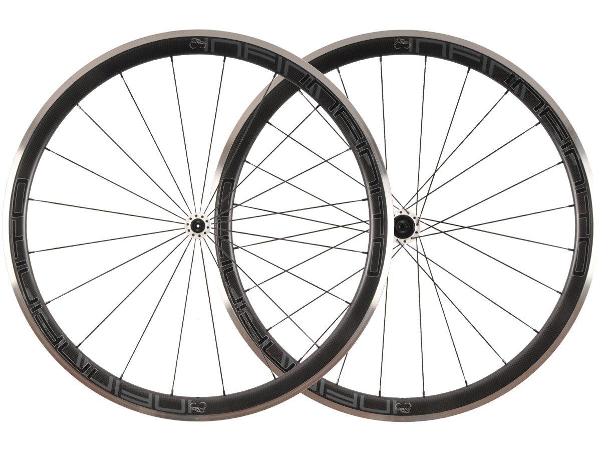 https://infinito-cycling.com/wp-content/uploads/2019/01/R4AC-Zwarte-velg-Witte-naaf-1.jpg