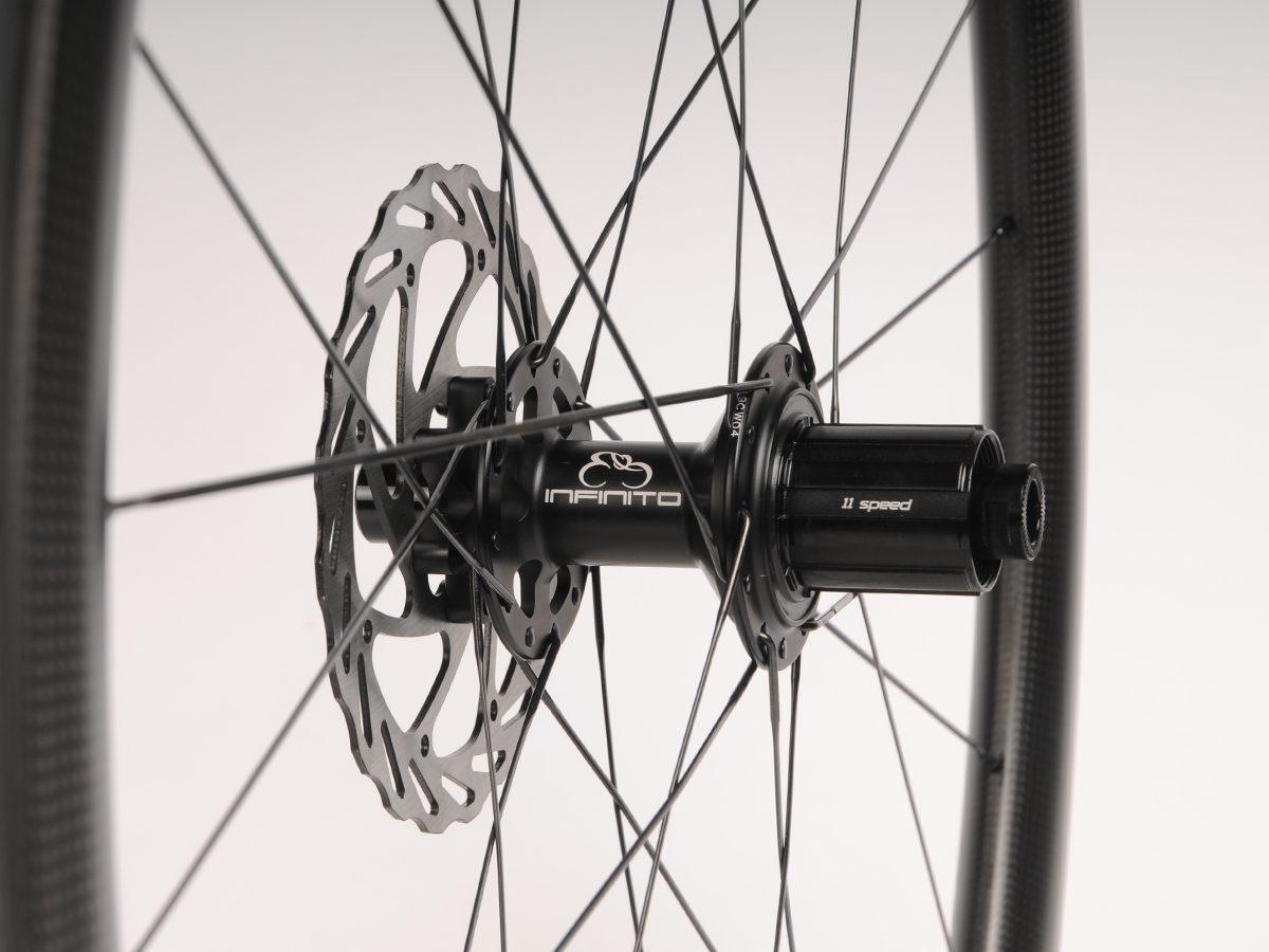 https://infinito-cycling.com/wp-content/uploads/2019/02/Disc-zwart-achter.jpg